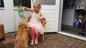 Onze dochter met ons jonge adoptiehondje